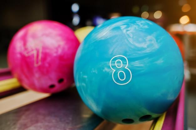 Twee gekleurde bowlingballen van nummer 8 en 7. kinderbal voor bowlen