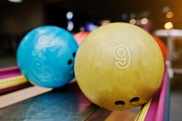 Twee gekleurde bowlingballen van nummer 9 en 8