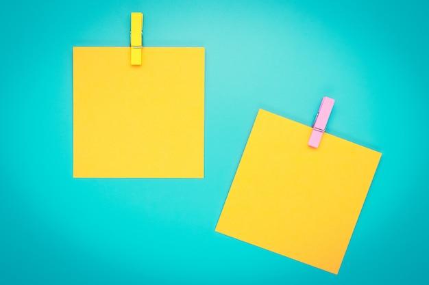 Twee gele stickers op turkooizen achtergrond. planning concept.