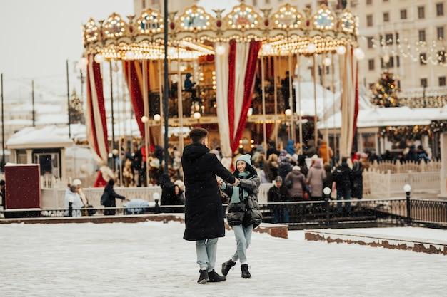 Twee geliefden cirkelen bij de carrousel