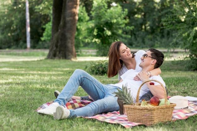 Twee geliefden kijken elkaar aan op picknick