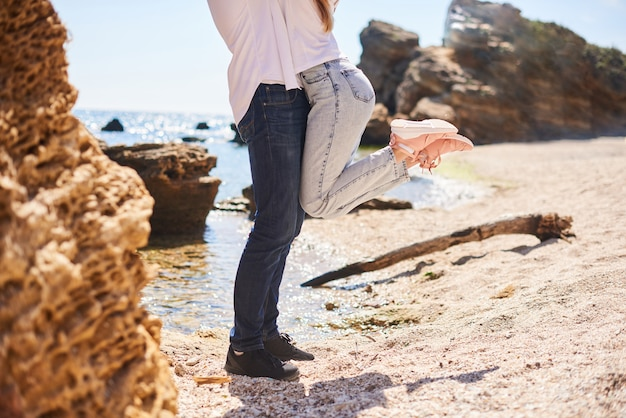 Twee geliefden, man en vrouw op het strand in de zomer