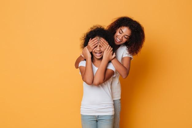 Twee gelukkige afro-amerikaanse zusters die pret hebben