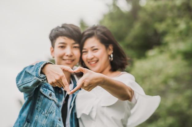 Twee gelukkige aziatische lesbisch verliefde paar