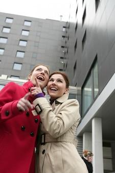Twee gelukkige jonge vrouwen in de winter