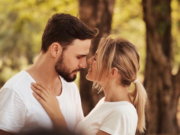 Twee gelukkige man en vrouw in park