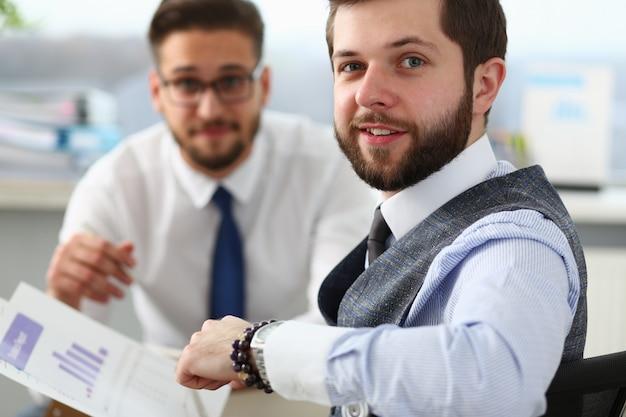 Twee gelukkige mannelijke managers samen te werken op kantoor