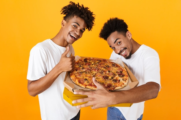 Twee gelukkige mannelijke vrienden in staande t-shirts