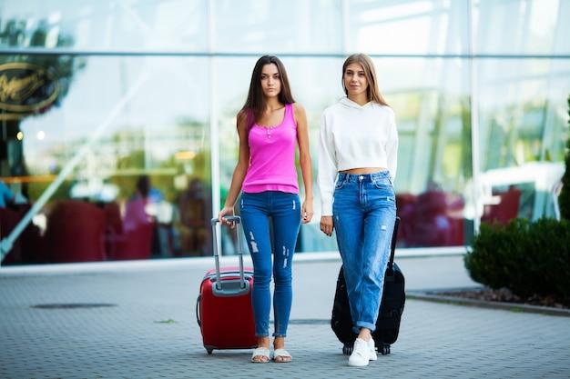 Twee gelukkige meisjes die samen reizen