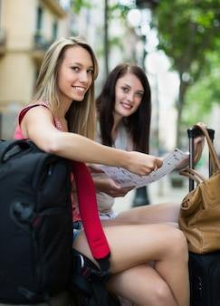 Twee gelukkige meisjes met kaart