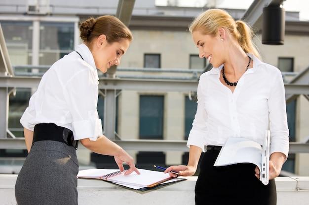 Twee gelukkige ondernemers met documenten