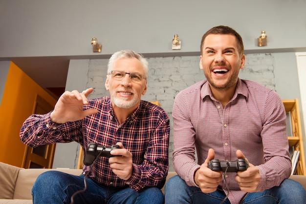 Twee gelukkige vrienden spelen van videogames thuis