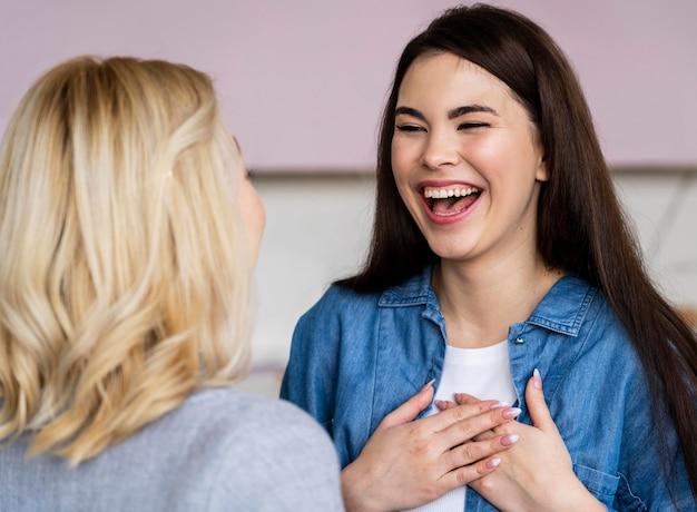 Twee gelukkige vrouwen glimlachen