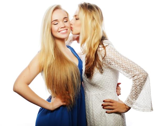 Twee gelukkige vrouwenvrienden, over witte achtergrond