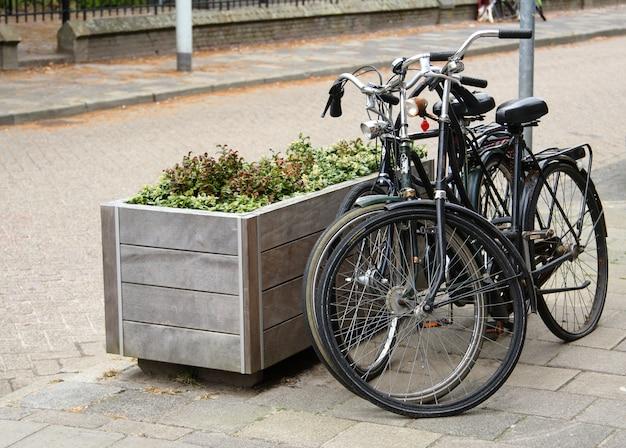 Twee geparkeerde fietsen op straat in nederlandse stad