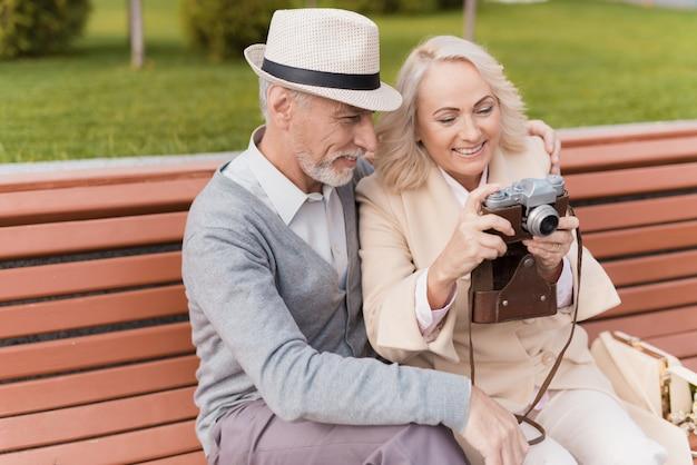 Twee gepensioneerden zitten op de bank.