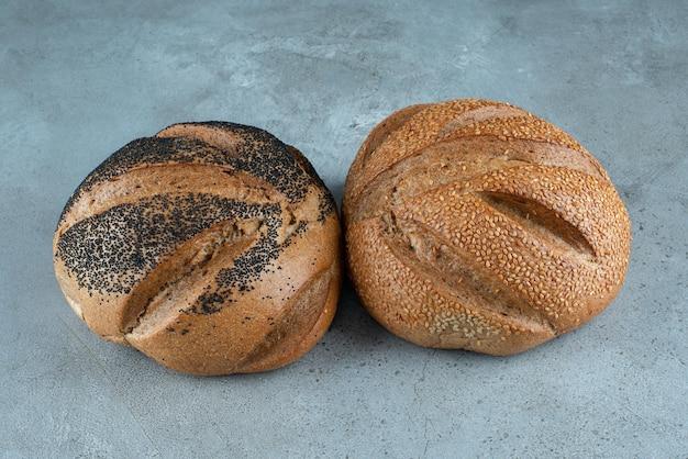Twee geurig brood op marmer.