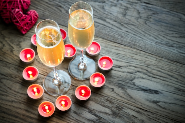 Twee glazen champagne binnenkant van brandende kaarsen