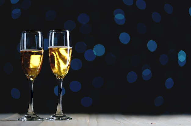 Twee glazen champagne dark glow lights background. ruimte kopiëren