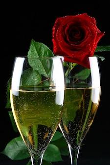 Twee glazen champagne en roos