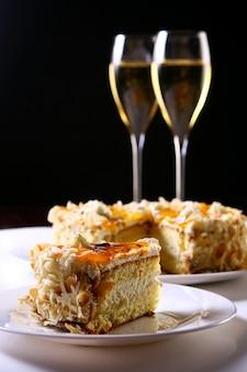Twee glazen champagne met cake