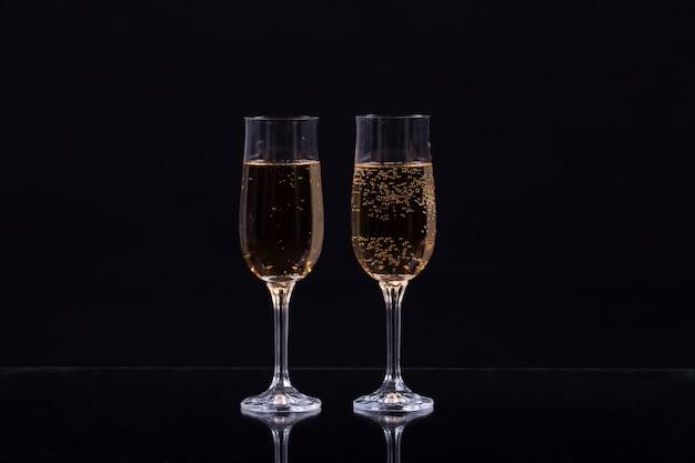Twee glazen champagne op zwarte achtergrond