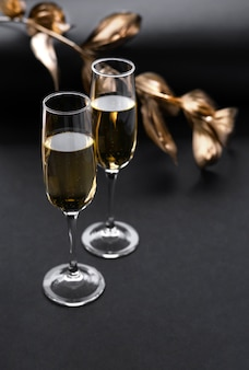 Twee glazen champagne over zwart