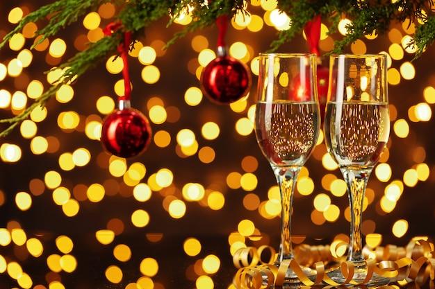 Twee glazen champagne tegen glanzende bokeh licht achtergrond