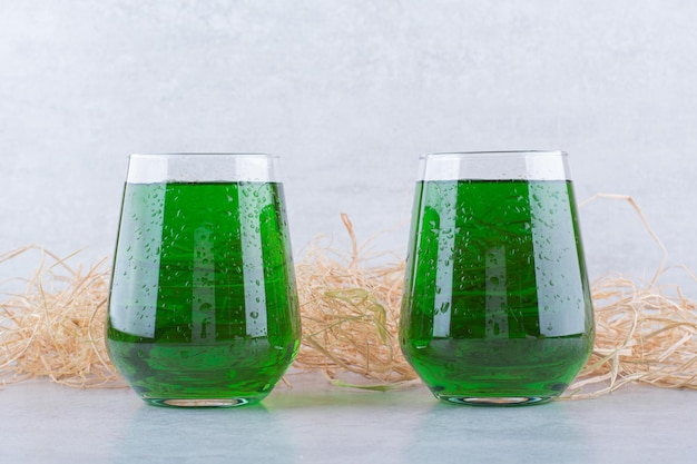 Twee glazen dragonsap op marmer