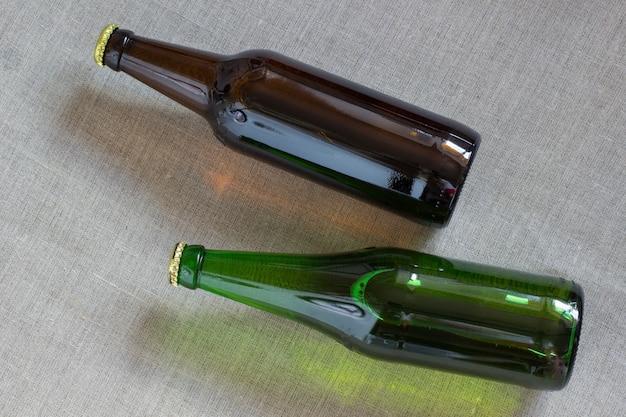Twee glazen flessen bier bij het ontslaan.