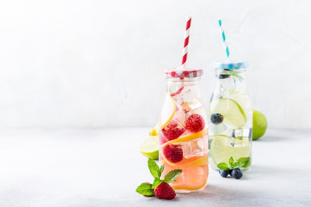 Twee glazen flessen met limonade