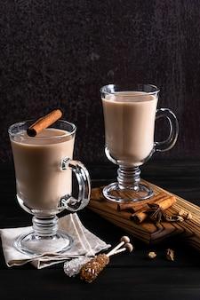 Twee glazen hete indiase masala-thee