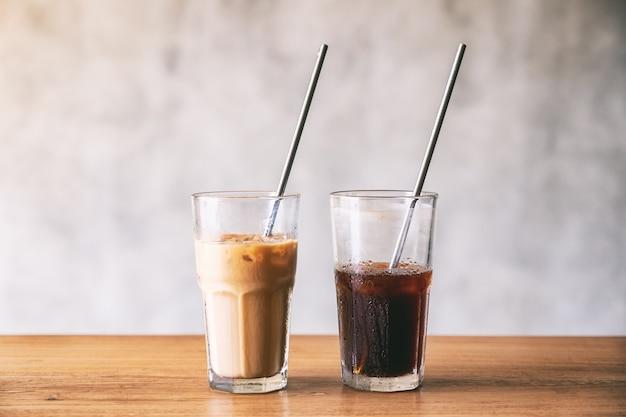 Twee glazen ijskoffie met roestvrijstalen rietje op houten tafel