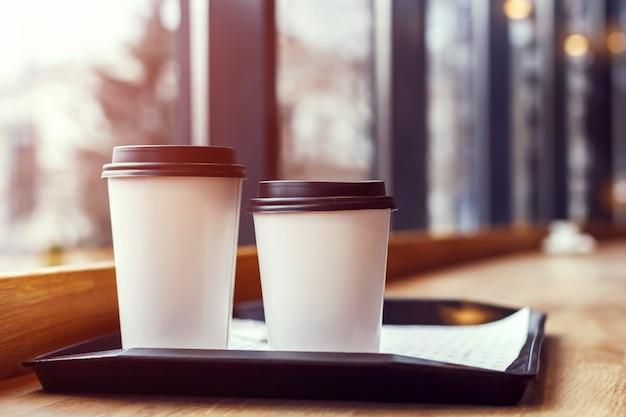 Twee glazen koffie op een dienblad in een café