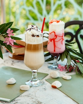 Twee glazen latte en aardbeicocktail