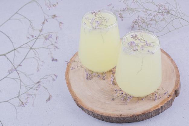 Twee glazen limonade met kruiden en specerijen
