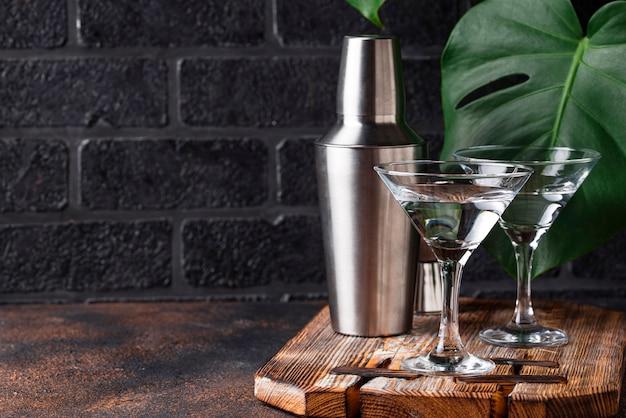 Twee glazen martini-cocktail