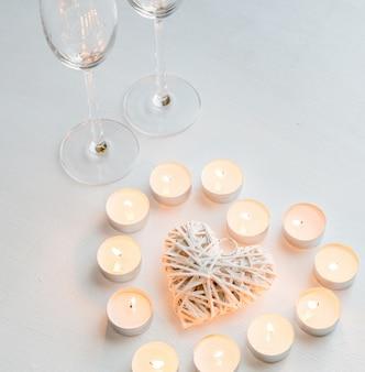 Twee glazen met brandende kaarsen