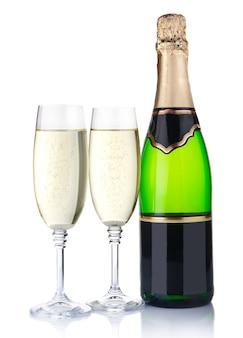Twee glazen met champagne en fles die op wit worden geïsoleerd