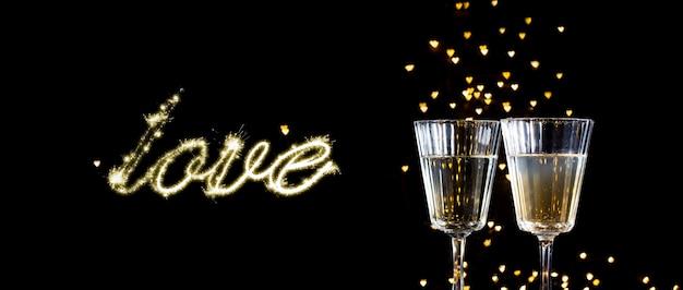 Twee glazen met een cocktail en twee harten, de dagconcept van valentine.
