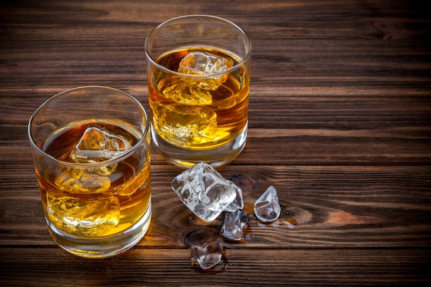 Twee glazen met ijs en whisky