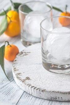 Twee glazen met ijs