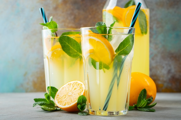 Twee glazen met limonade of mojito-cocktail.