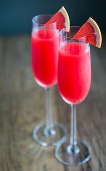 Twee glazen mimosa-cocktail