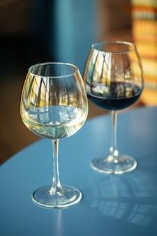 Twee glazen rode en witte wijn in het restaurant
