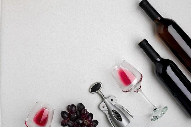 Twee glazen rode wijn en druiven bovenaanzicht