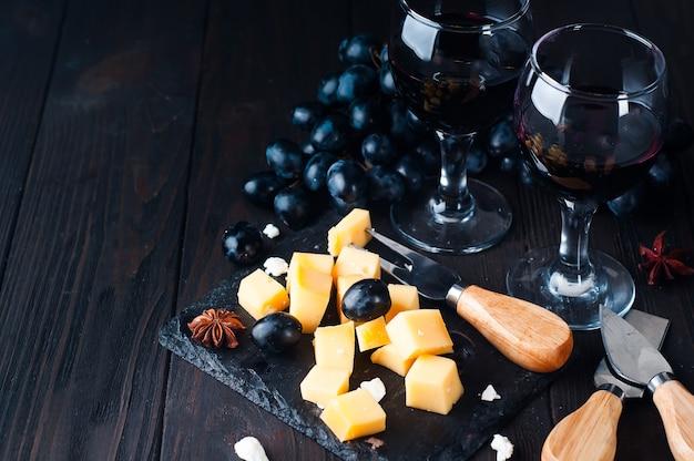 Twee glazen rode wijn en kaas