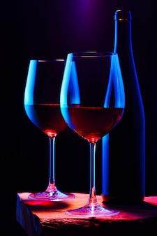 Twee glazen rode wijn met fles