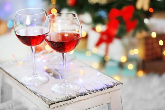 Twee glazen rode wijn op kerstversiering