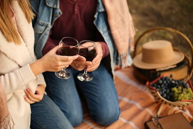 Twee glazen rode wijn ter beschikking op een date.
